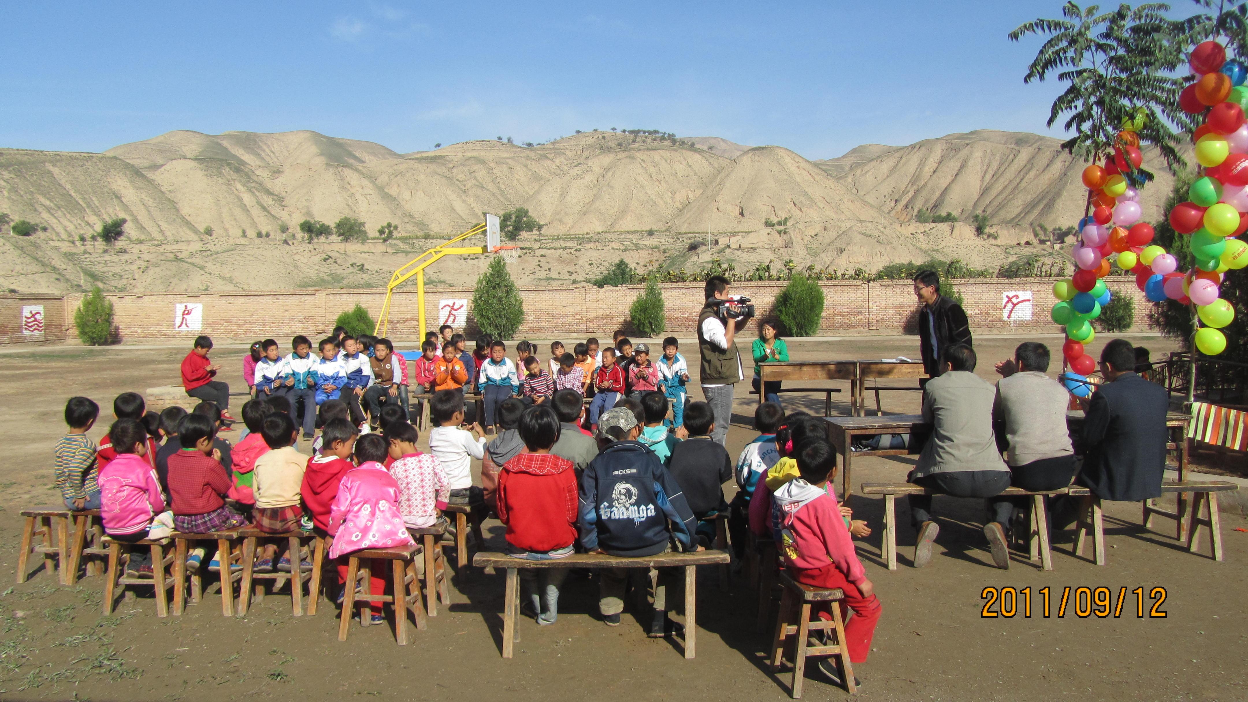 2011年甘肃组——为孩子们举办了别开生面的中秋联欢会