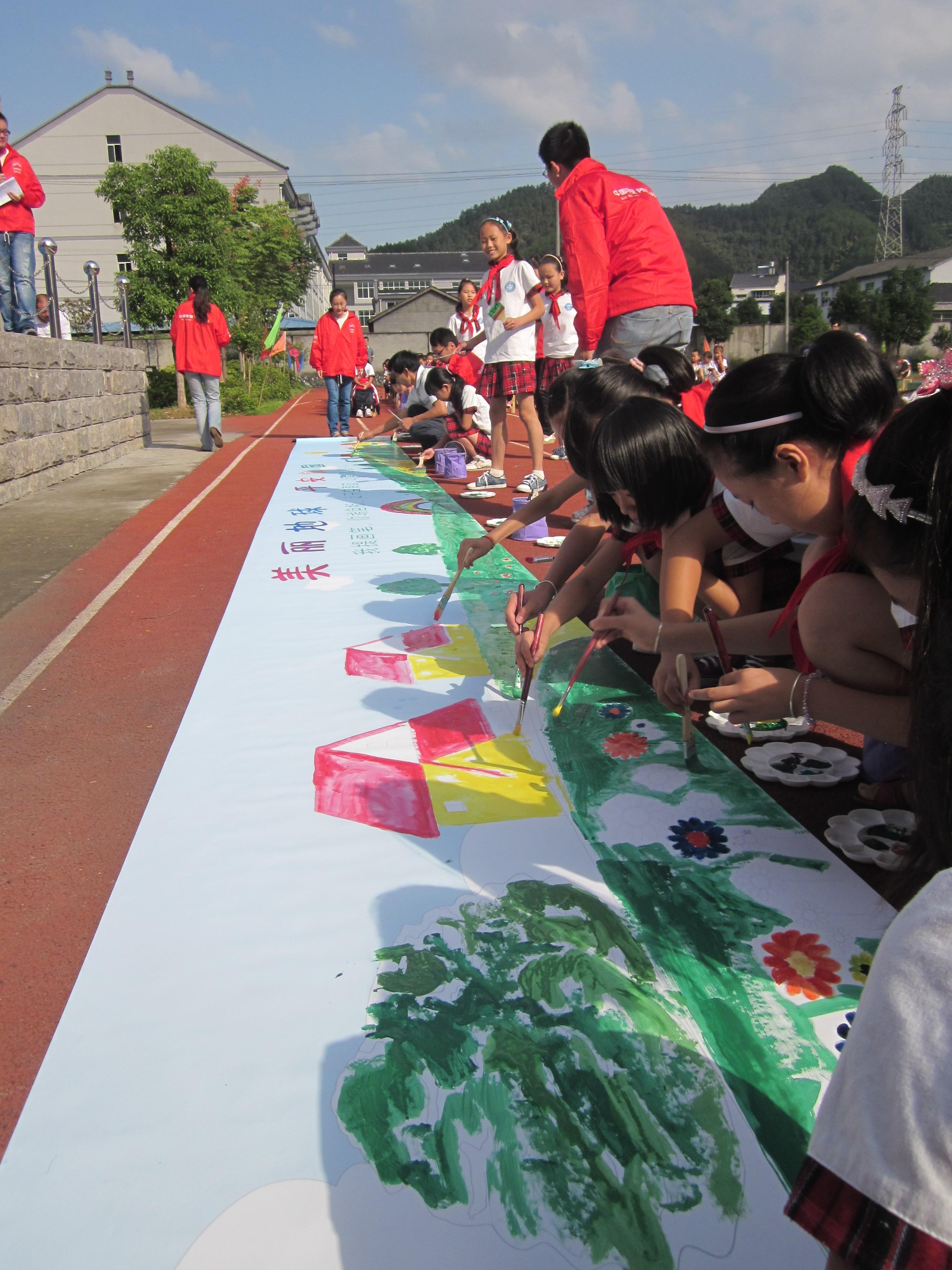2011宁波组——启动仪式上孩子们和志愿者共同描绘美丽地球